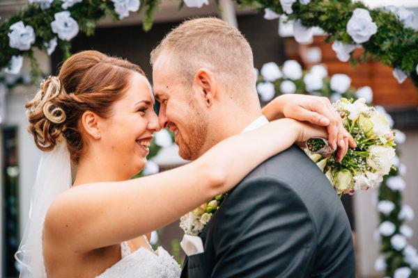 Paar unter Hochzeitsbogen